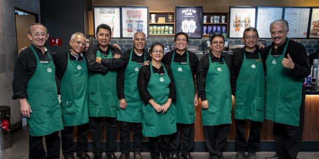 Ellos son los nuevos partners que inauguraron la primera cafetería de Starbucks en México y América Latina que es atendida por personas mayores de 60 años.