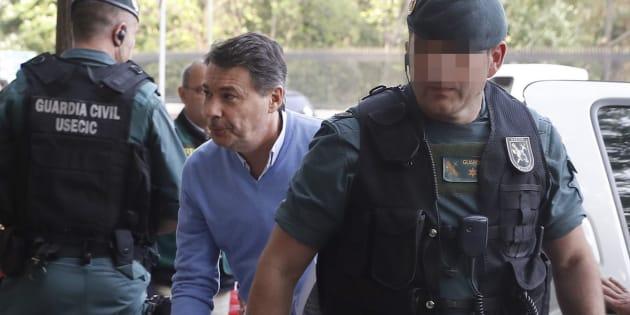 Ignacio González, acompañado por agentes de la UCO de la Guardia Civil tras su arresto, en abril pasado.