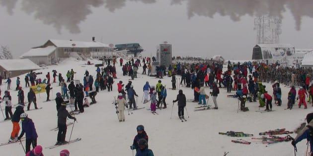 Sommet du Mont Tremblant jeudi à 13h30. Enfin du temps plus confortable pour profiter des belles conditions. Mercredi et jeudi ont été des journées de fort achalandage dans la majorité des stations.