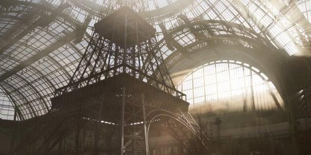 La tour Eiffel a été reconstruite dans le Grand Palais, un décor monumental.