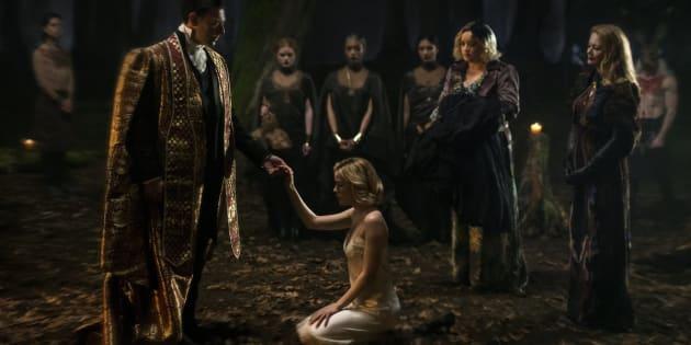 L'une des deux première images dévoilées par Netflix, où l'on voit la jeune Kiernan Shiepka (Sabrina) lors d'une scène qui semble être un rituel.