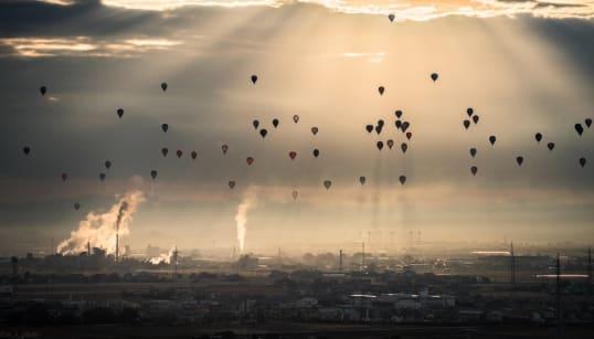 光のカーテンを舞う無数の気球が神々しい。「見てたら召される気がする」と話題に