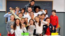 Salvini fa la foto con la classe. Ma l'attenzione è tutta per il bimbo con la maglietta rossa: