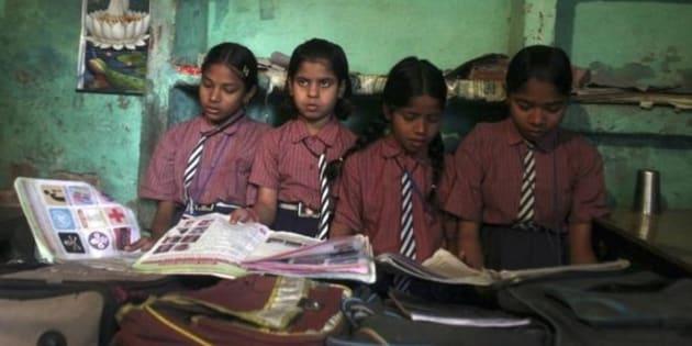 Imagen de archivo de un grupo de niñas en una escuela de India.