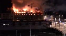 Un feu gigantesque dévore un bâtiment près de la gare de