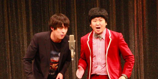 漫才を演じるウーマンラッシュアワー(左:村本大輔さん、右:中川パラダイスさん)2017年10月26日=東京・新宿のルミネtheよしもと