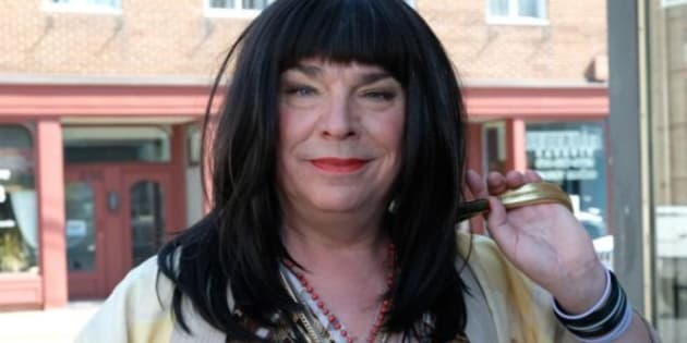 Pretzel tombe dans trois clichés, soit la femme trans travailleuse du sexe, la femme trans vulgaire, et la femme trans humoristique.
