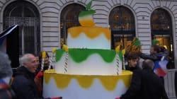 Des militants d'Attac devant un Apple Store parisien avec un gâteau pour