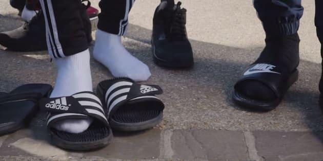 """""""J'suis en claquettes-chaussettes, Ouais ouais ouais, claquettes-chaussettes, claquettes-chaussettes, Tu connais c'est la tess""""."""