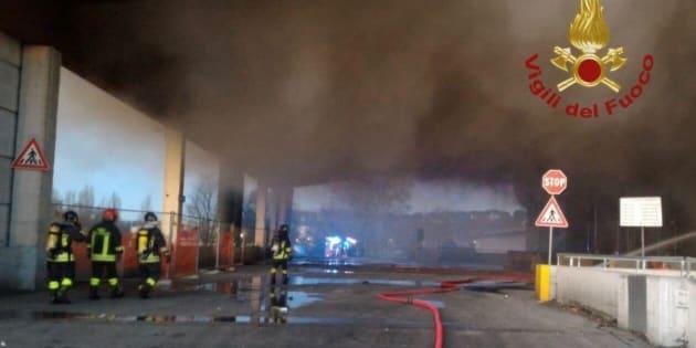 Roma, incendio nel deposito di rifiuti Ama in via Salaria