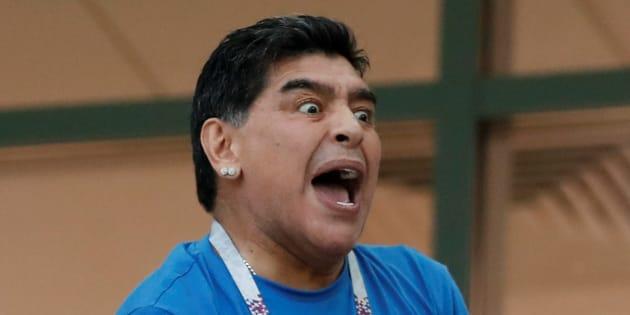 Maradona y su emoción desbordada con la selección albiceleste en la tribuna del estadio San Petersburgo.