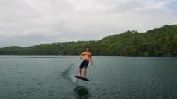 Cette planche volante permet de «surfer» sans