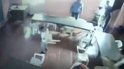 Un niño confunde una silla con su mochila tras quedarse dormido en clase