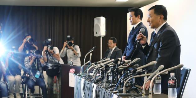 5月29日夜に会見する関東学生アメリカンフットボール連盟の柿澤優二理事長(右)