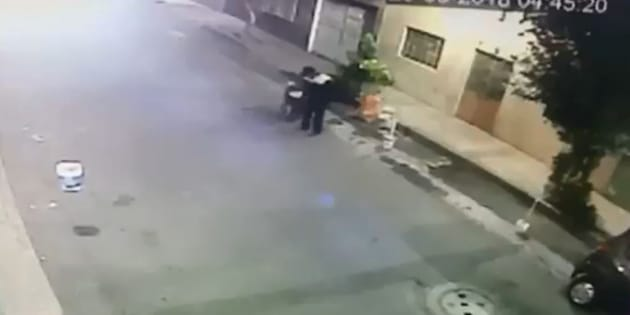 El video muestra el momento en que el presunto asesino sale de su domicilio con un bote en el que lleva el cuerpo de su víctima.