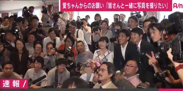 報道陣と集合写真を撮る福原愛さん