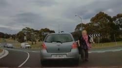 Cette grand-mère s'arrête en plein trafic pour féliciter le jeune conducteur qui la