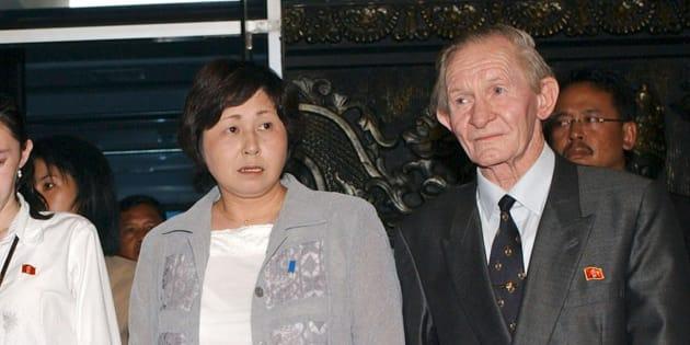 ジャカルタの国際空港で1年9カ月ぶりに再会した曽我ひとみさん(左)と、夫のジェンキンスさん  撮影日:2004年07月09日