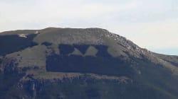 Un incendio sul monte Giano minaccia l'omaggio a