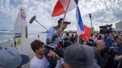 Pauline Ado championne du monde de surf à Biarritz, une autre Française prend