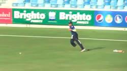Ce joueur de cricket perd sa prothèse... mais continue à