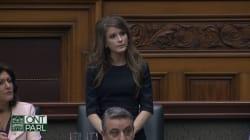 Amanda Simard livre un touchant discours avant de quitter le caucus de Doug