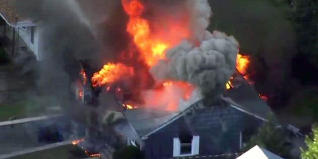 En esta imagen tomada de un vídeo proporcionado por WCVB en Boston, las llamas consumen una casa en Lawrence, Massachusetts.