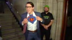 Justin Trudeau arrive au Parlement déguisé en Clark Kent... et se transforme en