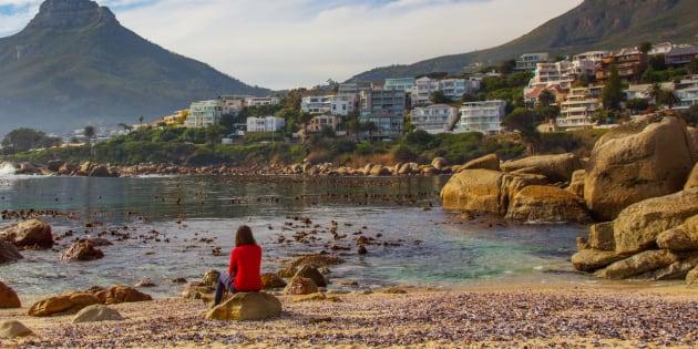Une femme apprécie la vue sur Cape Town, en Afrique du Sud.