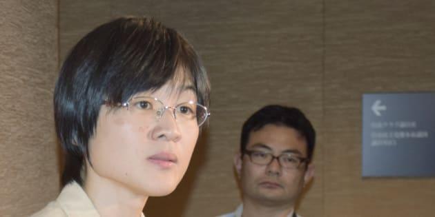 熊本市議会本会議で議長から退席を命じられた後、取材に応じる緒方夕佳議員(左)=28日、熊本市