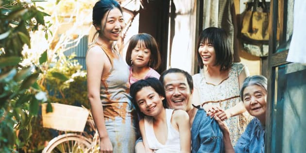 'Shoplifters' acompanha uma família de ladrões que tem a rotina alterada após adotar uma menina.