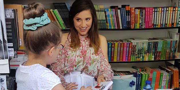 Una niña pide la firma de Verónica Díaz @ModaJustCoco por su libro 'Cuentos de miles de millones de sonrisas. La formula coquete para ser feliz' (Aguilar), en la Feria del Libro de Madrid 2018.
