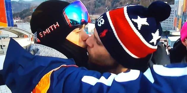 O esquiador Gus Kenworthy e seu namorado, o ator Matthew Wilkas protagonizaram um selinho durante a Olimpíada de Inverno de PyeongChang, na Coreia do Sul.