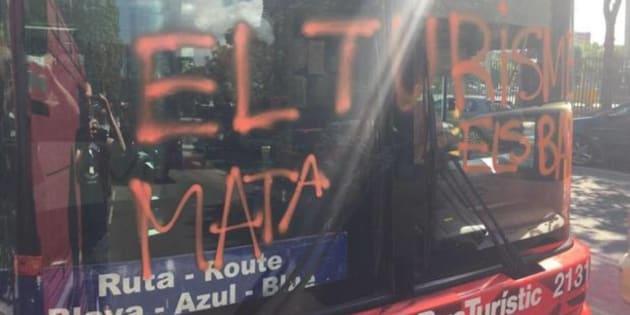 """""""El turismo mata los barrios"""", se leía en la pintada hecha la semana pasada en un autobús turístico de Barcelona."""