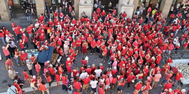 En Italie, une association a demandé aux habitants de se vêtir de rouge pour dénoncer la politique anti-immigration de Matteo Salvini.