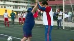 Maradona marque son soutien à Maduro en échangeant quelques