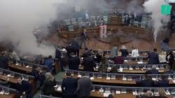 L'opposition libère des gaz lacrymogènes dans le parlement du Kosovo au moment d'un vote