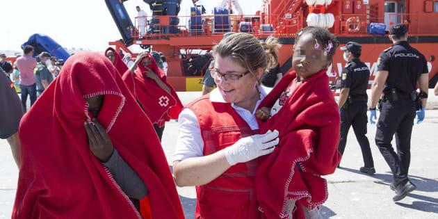Familia rescatada por Salvamento Marítimo.