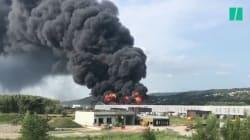 Un incendie spectaculaire a ravagé une usine de pneus près de
