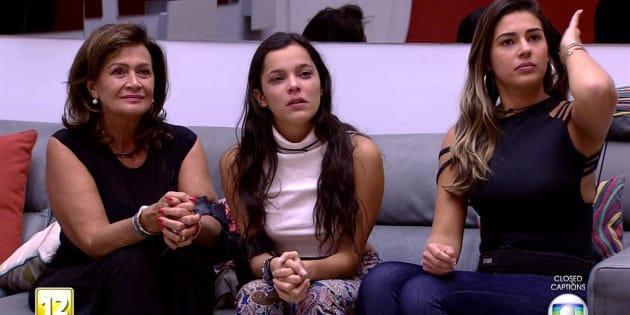 Ieda (esq.) e Vivian (dir.) amparam Emilly, após anúncio de expulsão de Marcos, com quem ela tinha relacionamento.