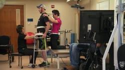 Un paciente con parálisis logra andar gracias a la estimulación