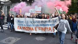 Studenti in piazza in tutta Italia. Slogan contro il Governo, a Torino bruciati manichini di Di Maio e