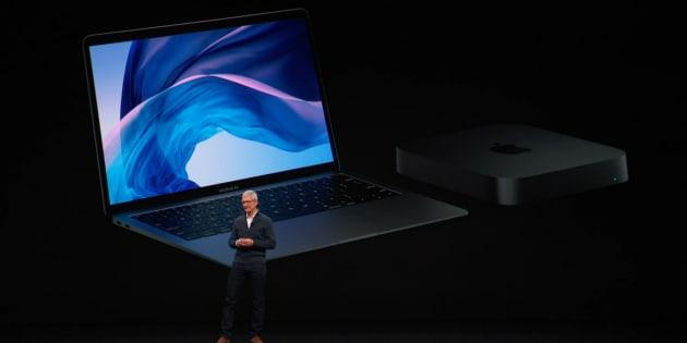 MacBook AirとMac miniの新型を発表するアップルのティム・クックCEO(中継動画より)