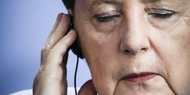 Angela Merkel, escuchando la traducción simultánea, en un acto en Berlín, el pasado 5 de septiembre.