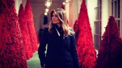 Melania Trump addobba la Casa Bianca per Natale: palloni, alberi rossi e i Tesori