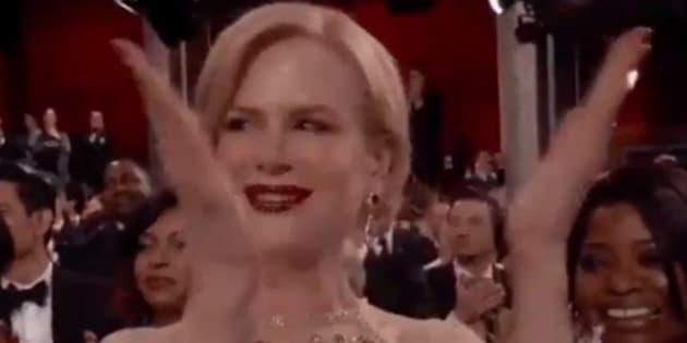 Les applaudissements de Nicole Kidman lors de la 89ème cérémonie des Oscars.