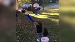 Ce gamin de deux ans est déjà un champion de basket (et il a même inventé un sport
