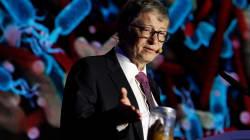 """Bill Gates pide una """"revolución de inodoros"""" junto a un frasco lleno de"""