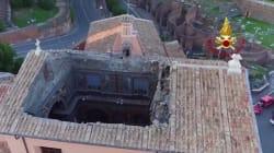 Lo squarcio nel tetto della Chiesa San Giuseppe dei Falegnami visto dal