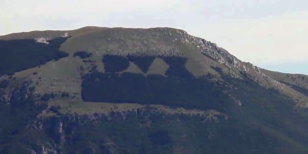 Dux, l'incendio cancella la scritta a Rieti